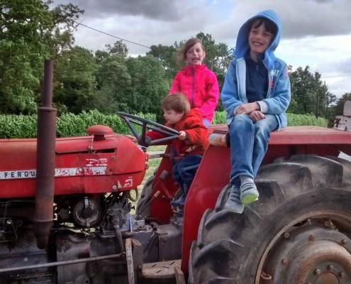 Enfants sur tracteur